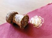 Champagnerkorken als Stempel für Geschenkpapier und Abdruck in goldener Farbe