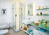 Badezimmer in weiß, Glasduschwand, Waschbecken, Spiegel, Ablagefläche