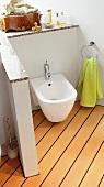 Bad mit Bidet und Wc, welche durch einen  schmale Wand abgetrennt sind