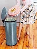 Frau wirft Geburtstagstorte in den Mülleimer, runder Geburtstag 40