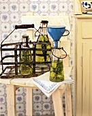 Konservieren auf die alte Art, Kräuteröl wird in Flaschen gefüllt