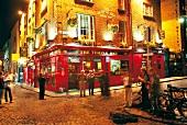Pub Temple Bar im gleichnamigen Viertel in Dublin, abends, nachts
