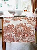 Tischläufer, rot-weiß, mit Toile de Jouy Muster, Tischdecke auf Tisch