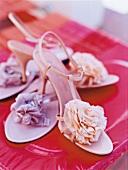 Steg - Spangen - Sandale mit Seiden - Bluete und Stiletto - Absatz