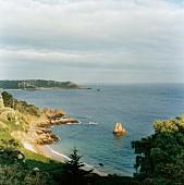 Kanalinsel Jersey mit der Bucht Beauport, Klippen der Südküste