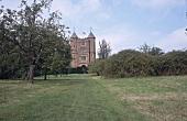 Sissinghurst Castle Garden: grüne Wiese vor dem Schloß