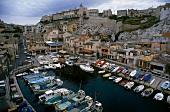 Kleiner Hafen in Marseille mit Fischkuttern