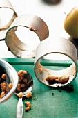 Ringe mit Resten der Füllung: Vanillecreme, Äpfel, Schwarzbrot