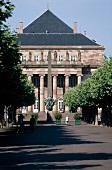 Straßburg: Das Theater Place Broglie im Sonnenschein und Spaziergänger
