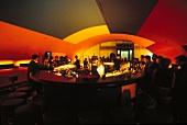 Szene Bar Riva in Berlin, Gewölbe innen, Theke, Gäste
