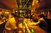 Szene Bar am Lützowplatz in Berlin Theke, Barkeeper, Gäste