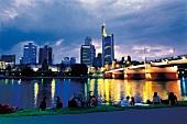 Frankfurt am Main: Blaue Stunde im Schatten der Skyline, Mainufer
