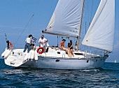 weiße Luxusyacht auf hoher See im Sonnenschein