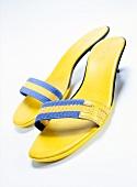 Sandaletten mit kleinem Absatz mit Nylonriemen.