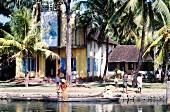 Eine Wohnsiedlung nahe am Fluss in Südindien