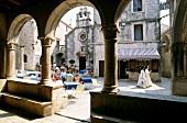 Hauptplatz in Altstadt auf Insel Korcula, Arkaden, Straßencafe