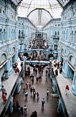 Blick von oben in das Kaufhaus GUM mit Glasdach u. Galerien in Moskau