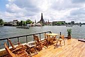 Blick auf Bankok von einem Bootsdeck , Fluss, Boote, Gebäude, Tempel