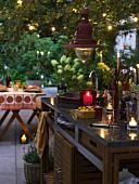Outdoor-Küche mit Küchenblock aus Edelstahl, Granitplatte und Teakholz