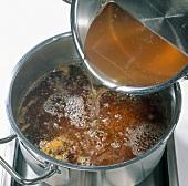 Paprika, abgelaufenen Saft von Äpfeln in einen Topf geben, Step 2