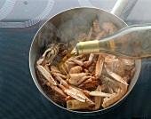Fond aus Meeresfrüchten, Step2, Scampiköpfe mit Cognac ablöschen