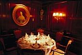 gedeckter Rundtisch im Restaurat des Hotel Imperial Wien