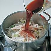 Fisch, Step 3: Gemüse u. Grä- ten m. Rotwein ablöschen