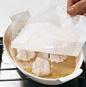 Fisch,  Step 2: Form mit Pergamentpapier abdecken