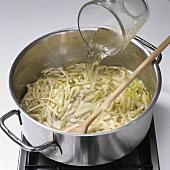 Fisch, Step 1: Gemüse mit Weißwein ablöschen