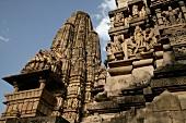 Indien, Fasade des Lakshama Tempel, in Stein gehauene Figuren