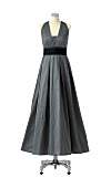 Langes Abendkleid, grau, Falten, unterlegter V-Ausschnitt