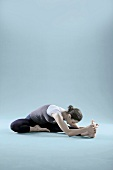 Zen - Gymnastik, Kopf auf dem Knie des gestreckten Beins ablegen