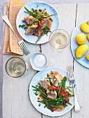 Geschmorter Aal mit grünen Bohnen und Salzkartoffeln.