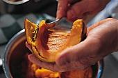 Kürbis und Zucchini, Kürbispüree Step 3: Fruchtfleisch lösen