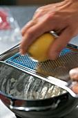 Ravioli und Lasagne, rote Ravi oli, Step 2: Zitronenschale abreiben