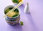 Reisnudelsuppe in asiatischen Suppenschälchen (China)
