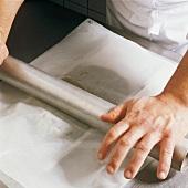 Buch der Schokolade, Step 3: Masse mit Papier abdecken, ausrollen