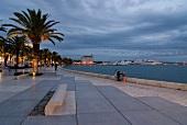 Promenade in Split, beleuchtet, Palmen, Menschen, Meer, abends