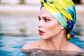Frau im Pool, Kopftuch, geschmikt
