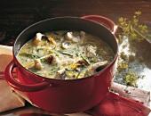 Suppen, Aalsuppe mit Dill, Möh ren und Lauch im Kochtopf