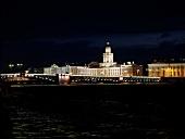 Kunstkammer in St. Petersburg bei Nacht, beleuchtet.