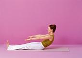 Pilates - Roll up: Oberkörper abrollen, Arme nach vorne, Step 4