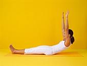 Pilates - Roll Up: Rückenlage, Arme oben, Oberkörper aufrollen