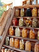 Süße Früchte in Einmachgläsern, Holzregal, Pilion, Griechenland