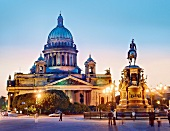 St. Petersburg: Isaakskathedrale, Isaaksplatz, abends, Menschen
