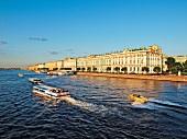 St. Petersburg: Newa, Boote, Eremi- tage, blauer Himmel