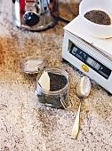 Seifenherstellung, Küchenwaage, Glas Mohnsamen