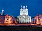 St. Petersburg: Smolni-Kathedrale, abends, beleuchtet