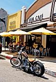 Los Angeles: Blu Jam Café, Tische, Menschen, aussen, Bike