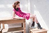 Frau posiert, Minikleid pink, Stie- fel, sexy, seitlich